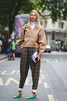 The+Best+Street+Style+At+London+Fashion+Week+SS18+#refinery29+http://www.refinery29.uk/2017/09/170850/street-style-london-fashion-week-ss18#slide-70
