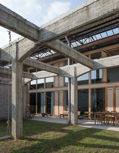 A former workplace for a stonemason is accessible by a gatehouse along the Leo Tertzweillaan in Gentbrugge. The site has been refurbished with a cluster of new residential units and small workshops around a central square. The client owns a portion of ...
