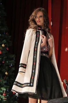Using shawl to make this Look Fashion, Hijab Fashion, Winter Fashion, Fashion Dresses, Womens Fashion, Fashion Design, 80s Fashion, Modest Fashion, Hijab Stile