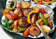 The easy recipe for Italian sausage wraps and vegetables! - Recettes Gateau The easy recipe for Italian sausage wraps and vegetables! Greek Chicken Kebabs, Chicken Kabobs, Healthy Low Carb Dinners, Easy Meals, Healthy Recipes, Roasted Vegetable Recipes, Roasted Vegetables, Veggies, Festival Camping