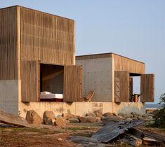Le studio mexicain BAAQ a organisé la maison de vacances Casa Naila, sur la côte d'Oaxaca, en quatre blocs autour d'un patio en forme de croix afin que toutes les pièces aient une vue sur l'océan dans plus d'une direction.  La Casa Naila, qui tire son nom d'une chanson traditionnelle de la région d'Oaxaca, est située dans le village de Puertecito sur une petite péninsule, offrant à la maison de vacances de multiples vues sur l'océan Pacifique. Cet emplacement a été le moteur à la fois de… Paper Architecture, Amazing Architecture, Architecture Design, Thermal Comfort, Tiny House Cabin, Minimal Home, Concrete Wood, Ground Floor Plan, Beach Landscape