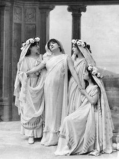 Sarah Bernhardt dans le rôle de Phèdre en 1893, dans la pièce éponyme de Jean Racine. Photographie de Nadar.