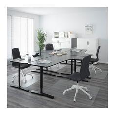 Inspirationsbild skrivbord. Snyggare med vitt förstås. Förvaringsskåpen syns i bakgrunden. /// IKEA BEKANT desk areas for laptop/decks/stereo with two chairs