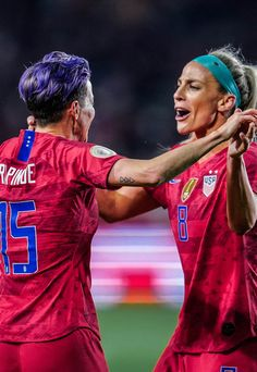 Megan Rapinoe and Julie Ertz Us Soccer, Soccer Players, Cool Screensavers, Megan Rapinoe, Soccer Quotes, Badass Women, Soccer Training, Team Usa, Football