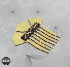 Kiss Me Zombie -   Vintage Brass Haircomb and a vintage cabochon.   Peigne à cheveux vintage en laiton et  cabochon vintage avec un serpent doré.