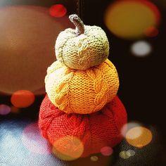 Halloween Knitting Patterns Free, Knitting Ideas, Knit Patterns, Small Knitting Projects, Small Pumpkins, Paintbox Yarn, Red Heart Yarn, Arm Knitting, Knit Or Crochet
