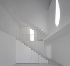 Strak wit minimalisme in de architectuur van Aires Mateus zoals bij deze villa in het Portugese Alcobaça. Aires Mateus. House in Alcobaça. Portugal. photos: Sergio Guerra Fernando Guerra - Interior