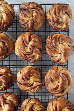 Hjemmebagte kanelsnurrer – de bedste af slagsen - Cathrine Brandt Doughnut, Mad, Desserts, Tailgate Desserts, Deserts, Postres, Dessert, Plated Desserts
