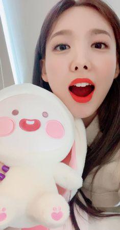 Twicetagram Stories Update - Nayeon doing her best impression - Gifline Kpop Girl Groups, Korean Girl Groups, Kpop Girls, Nayeon Twice, Im Nayeon, Dahyun, Extended Play, Feeling Special, Tiana
