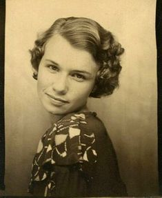 vintage everyday: Short Curly Hair – The Popular Fashion Hairstyle of Girls in… – hair styles Short Curly Hair, Curly Hair Styles, 1930s Hair, Vintage Photo Booths, Photos Booth, Best Beauty Tips, Poses, Vintage Hairstyles, Vintage Photographs