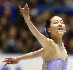 フィギュアスケートグランプリシリーズ第4戦NHK杯の女子ショートプログラムで1位となった浅田真央の演技=東京・国立代々木競技場で2013年11月8日 (500×483) http://mainichi.jp/feature/news/20131108org00m050007000c.html