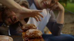 Hambúrguer com queijo, mostarda e bacon - Receitas - GNT