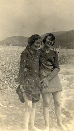 pinner wrote: Vintage friends getting their toes wet together. Vintage Pictures, Old Pictures, Vintage Images, Old Photos, Photo Vintage, Vintage Love, Vintage Beauty, Fotografia Retro, Vintage Friends