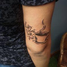 """Quem aí gosta de um café? """"Life's short, talk fast""""-Lorelai Gilmore. Tattoo que expressa dois amores da cliente , o café e a sua série favorita, Gilmore Girls. #tattoo #thaisinsuelatattoo #tatoofeminina #tattoolover #tattooart #coffee #gilmoregirls #gilmore #lorelaigilmore #tattoo2me #tattoer #coffeetattoo #art #tattoostyle Gilmore Girls Tattoo, Gilmore Girls Quotes, Star Tattoos, Love Tattoos, Beautiful Tattoos, Girl Tattoos, Piercing Tattoo, I Tattoo, Tattoo Ideas"""