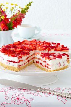 Die ersten #Erdbeeren des Jahres möchten wir in Form dieser #Torte genießen. Die Erdbeer-Philadelphia-Torte gelingt ganz ohne Backen, schmeckt zum Dahinschmelzen und lässt uns vom Sommer träumen. #Ostern #Idee #Rezept