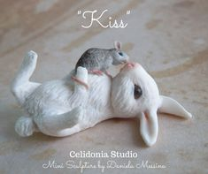 Rabbit and Mouse Kiss - Polymer Clay Mini Sculpture Cute Polymer Clay, Polymer Clay Animals, Cute Clay, Polymer Clay Dolls, Polymer Clay Miniatures, Polymer Clay Crafts, Polymer Clay Creations, Cold Porcelain Tutorial, Clay Baby