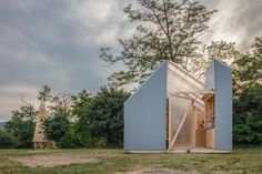 On the occasion of the Hello Wood Festival Hungría, IR arquitectura designed a flexible, miniature passive-house concept in the form of their Cabin Modules. Hello Wood, Summer University, Ideas De Cabina, Dome Greenhouse, Timber Cabin, Village Photos, Off Grid Cabin, Tiny Cabins, Passive House
