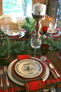 Plaid reminds you of winter days and traditional Christmas celebrations. At the… Plaid reminds you of winter days and traditional Christmas celebrations. Christmas Table Settings, Christmas Tablescapes, Christmas Table Decorations, Holiday Tables, Decoration Table, Christmas Tabletop, Christmas Baskets, Tartan Christmas, Country Christmas