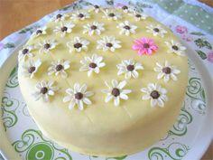 Gluteeniton mangotäytekakku Mango, Birthday Cake, Pudding, Desserts, Food, Manga, Tailgate Desserts, Deserts, Birthday Cakes