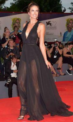 Segundo dia do Festival de cinema de Veneza, segundo dia de Alessandra Ambrósio e seus looks sensuais. A top brasileira foi um dos principais nomes da quianta-feira, com um pretinho transparente e esvoaçante GIUSEPPE CACACE / AFP