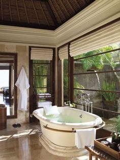 Beautiful bathroom in a villa / jolie salle de bains de villa