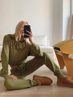 Fashion Socks, Fashion Outfits, Fashion Trends, Fashion Fall, Ugg Boots Outfit, Faux Shearling Jacket, Joggers Outfit, Cropped Hoodie, Shirt Jacket