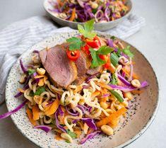 Nem og lækker opskrift på asiatisk nudelsalat med stegt andebryst. Du kan også lave den med kyllingebryst i stedet for. Nem og hurtig aftensmad.