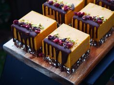 Wild Orange + Goji Berry Wilde Orange + Goji Beere Related posts: This Orange Pound Cake is so delicious it's like tαking α bite of sweet suns… Orange Creamsicle Dream Bars close up. Raw Vegan Desserts, Fancy Desserts, Gourmet Desserts, Raw Food Recipes, Cake Recipes, Dessert Recipes, Mini Cakes, Cupcake Cakes, Cupcakes