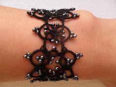Bracelet noir et gris en dentelle frivolite style gothique , rock