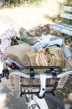 5 Must-haves für einen heißen Sommertag mit Bree   Picknickkorb im Grünen mit Pfingstrosen und Wein sowie den Sommertrends für das Jahr 2018: Cult Gaia Holztasche, Seidentuch, Cat-Eye Brille und Pantoletten