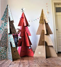 10 DIY pour fabriquer un sapin en carton Cardboard Christmas Tree, Christmas Tree Crafts, Green Christmas, Xmas Tree, Cardboard Tree, Tree Tree, Christmas Holidays, New Years Decorations, Tree Decorations