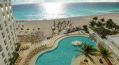 El Hotel Sunset Royal Beach Resort Cancún de cinco estrellas es un complejo con todo incluido, situado en una zona privada de la playa de Cancún y a 1 km de la zona de ocio nocturno más popular de Cancún