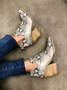 Anniversary Sale // Nordstrom // Nordstrom Sale // What to wear with Snakeskin Booties // How to style snakeskin // Fall 2019 Trends // Cute Booties for Fall // Comfortable and flattering booties // Notch booties with skinny ankle jeans Fall Booties, Ankle Booties, Bootie Boots, Shoe Boots, Women's Shoes, New York Fashion, Trend Fashion, Jeans Fashion, Fashion Outfits