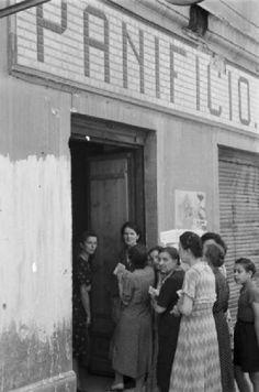 Trieste, dopoguerra: donne in fila per il pane www.lombardiabeniculturali.it