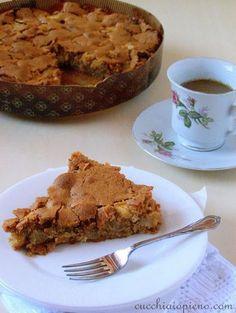 TORTA DE MAÇÃ COM CASQUINHA CROCANTE Ingredientes: 100 gr de manteiga 2 xícaras de açúcar 2 ovos 2 colheres (chá) de canela 2 xícaras bem cheias de farinha de trigo 2 colheres (chá) de fermento em pó 3 maçãs cortadas em cubinhos