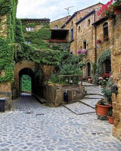A walk through the historic districts of many older American cities will tell a rustic and warm street suitable of the past: cobblestones. Beautiful Streets, Beautiful World, Wonderful Places, Beautiful Places, Places To Travel, Places To Visit, Excursion, Unique Buildings, Northern Italy