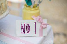 Solche Hochzeiten liebe ich ja: Die mit ganz viel Liebe selbstgemacht sind. Und nur so vor kreativen Ideen sprühen!