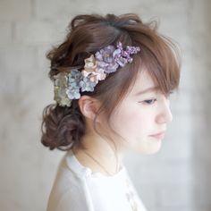 溜息が出るほどの可愛さ*繊細なお花で飾った、〔ゆるふわシニヨン〕のブライダルヘア8選♡にて紹介している画像
