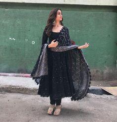 alia bhatt outfits - alia bhatt & alia bhatt indian wear & alia bhatt lehenga & alia bhatt casual & alia bhatt in saree & alia bhatt outfits & alia bhatt hairstyles & alia bhatt and ranbir kapoor Indian Gowns, Indian Attire, Pakistani Dresses, Indian Wear, Black Pakistani Dress, Diwali Dresses, Pakistani Bridal, Kurta Designs, Kurti Designs Party Wear