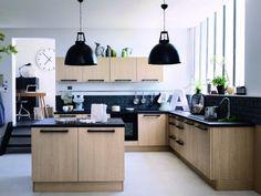 L'une des grandes tendances de l'année en cuisine, c'est le bois. Il se décline dans toutes les teintes et sur tous les éléments de la pièce : des meubles au plan de travail en passant par le sol. Découvrez quinze cuisines aux styles très différents mais où le bois prédomine.
