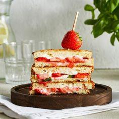 Aardbeien-pantosti met roomkaas en basilicum Burritos, Sliders, Delish, Pancakes, Cereal, Sandwiches, Breakfast, Wraps, Drinks