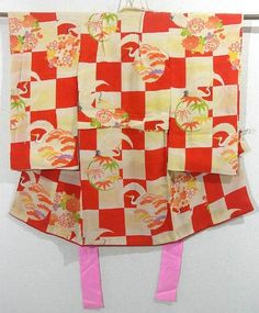 This is an eye-catching vintage girl's kimono with a design such as crane circle, 'Shou-chiku-bai'( pine tree, bamboo and ume blossom) and 'Kiku'(chrysanthemum) on ichimatsu(checkerboard), which is dyed