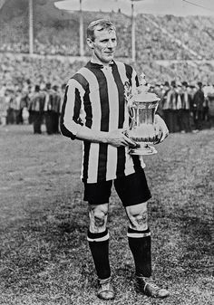 Frank Hudspeth of Newcastle Utd with the FA Cup in 1910.