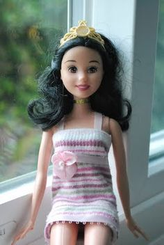 The Moody Fashionista: Barbie Sock Dress Tutorial (knit dress! also maje sweaters this way! Sewing Barbie Clothes, Barbie Sewing Patterns, Crochet Doll Clothes, Girl Doll Clothes, Doll Clothes Patterns, Barbie Mode, Crochet Gratis, Dress Tutorials, Barbie Accessories