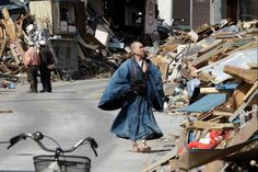 A monk praying in the aftermath of the March 11 earthquake/Japan Earthquake Disaster, Japan Earthquake, Natural Phenomena, Natural Disasters, Japanese Outfits, Japanese Clothing, Buddhist Monk, Tsunami, Religious Art