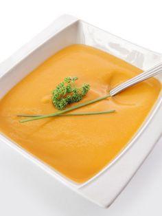 Velouté de butternut : :1 courge butternut, 2 carottes, 1 oignon, 1 cuillère à soupe d'huile d'olive, 1 cube de bouillon de légumes, sel, poivre.