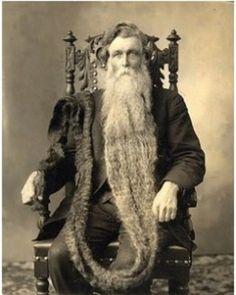 Este es el hombre con la barba más larga de la historia ( 1,40 mts) . Un día de 1867 tropezó con ella y se rompió el cuello, muriendo instantáneamente.