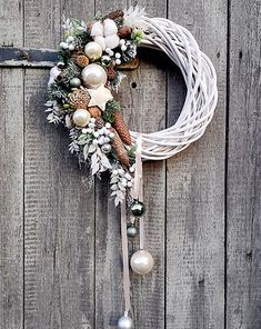 Asymetryczny wianek świąteczny Olive and Cream - Pakamera. Rose Gold Christmas Decorations, Christmas Wreaths To Make, Christmas Door, Holiday Wreaths, Xmas Decorations, Christmas Holidays, Christmas Floral Designs, Art Floral Noel, Christmas Crafts