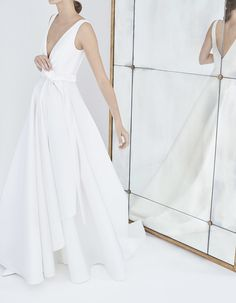 The newest Carolina Herrera wedding dresses have arrived! See what the latest Carolina Herrera bridal collection has to offer wedding dress shoppers. 2018 Wedding Dresses Trends, Fall Wedding Dresses, Wedding Gowns, Wedding Suite, Bouquet Wedding, Wedding Nails, Bridal Gowns, Wedding Reception, Perfume Carolina Herrera