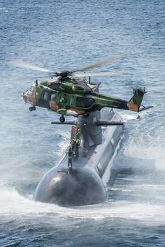 An Australian Army MRH 90 Taipan multi-role helicopter drops off personnel onto a RAN Collins Class submarine. Military Helicopter, Military Aircraft, Photo Avion, Sports Nautiques, Australian Defence Force, Royal Australian Navy, Navy Ships, Military Weapons, Submarines